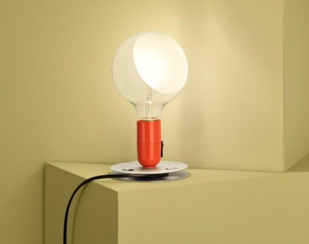 Lampadina znamená v italštině žárovka a lampa se k tomu hrdě hlásí. Má esenciálně jednoduchý žárovkový tvar, který poskytuje přímé i rozptýlené světlo, základna z eloxovaného hliníku slouží k navinutí přebytečného kabelu.