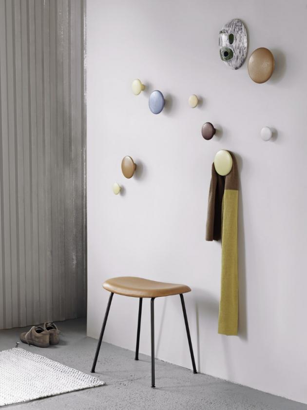Věšáky Dots (Muuto), design Lars Tornoe, hliník i dřevo, více rozměrů i barev, cena od 339 Kč/ks, WWW.DESIGNVILLE.CZ