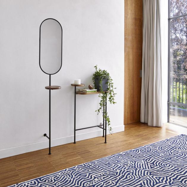 Věšák se zrcadlem a konzolový stolek Loomy (Ligne Roset), design Roberto Paoli, lakovaný kov, americký ořech, zrcadlo s věšákem, cena 14 400 Kč, stolek 19 300 Kč, WWW.LIGNE-ROSET.CZ