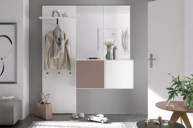 Sestava nábytku now! easy (hülsta), bílý lak, lze barevná akcentní dvířka, 166 × 33 × 205 cm, cena 32 910 Kč, WWW.HOMESTYLE.CZ