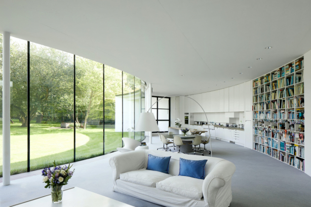 Na rozloze 280m² tak vyrostl Crescent House tvořený dvěma srpky měsíce propojenými prostorem galerie.