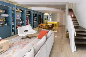 Na zajímavosti interiéru mimo jiné přidává i nepřehlédnutelná rozmanitost menších kusů nábytku a doplňků, které odrážejí osobní vkus a koníčky majitelů.