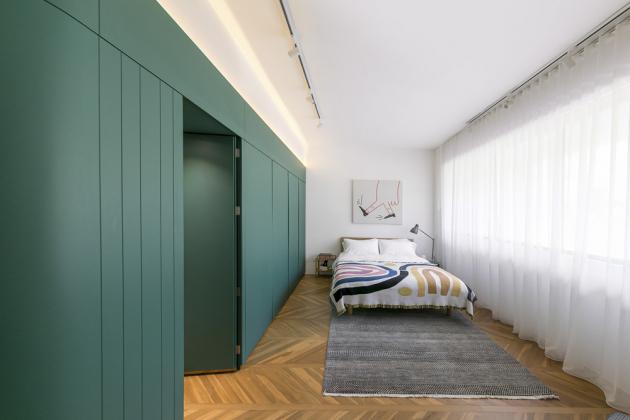 Kombinace jedné dominantní barvy s čistě bílými plochami a dřevěnou podlahou v prvním patře působí velmi osvěžujícím dojmem. Otevřenost prostoru je ještě zdůrazněna spoustou světla, které dovnitř proniká díky vhodnému rozložení velkého množství oken.