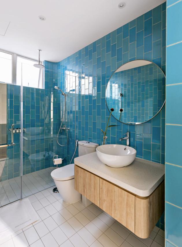 Barevná paleta dostala prostor i při návrhu koupelen. Designéři však v jejich případě nevolili nijak křiklavé odstíny, naopak. Jasnou volbou pro ně byly jemné pastelové barvy, které příjemně korespondují s intimní funkcí místností.