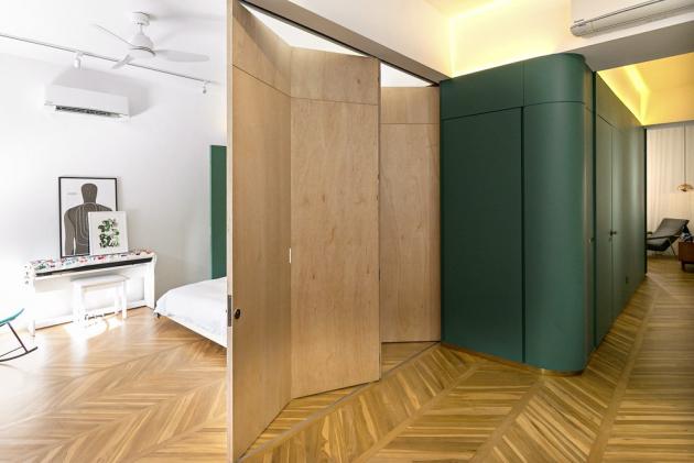 Záměr, se kterým se designéři studia WY-TO v roce 2019 pustili do celkové rekonstrukce stavby, bylo vytvořit harmonické spojení udržitelného designu v kombinaci s důkladným pochopením potřeb a přání majitelů domu. V interiéru se jim tak povedlo zkombinovat průmyslové materiály se širokou škálou zářivých barev, díky čemuž bydlení získalo specifický charakter.
