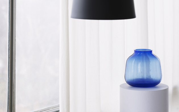 Vázy Step (Normann Copenhagen) jsou sestaveny krok za krokem, jak už název napovídá... Křehké pláty skla s jemným vroubkováním jsou vzájemně spojeny výraznými lemy, které zároveň tvoří zdobný detail každého kusu. Vázy nemají čistě kruhový tvar, a tak působí dynamicky a z každého úhlu pohledu vždy trochu jinak. Design Büro Famos, výška 16 až 31 cm, cena od 1 420 Kč, WWW.DESIGNVILLE.CZ
