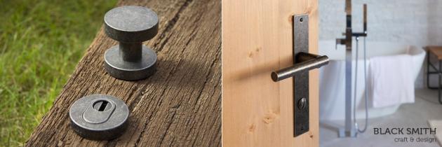 Cobra Black Smith - na pohled čistota a jednoduchost, na dotek jedinečnost a řemeslo - to je kovaná klika z kolekce kovaných výrobků Black Smith. Nebojte se je použít i do vlhkých prostor vašich domácností, vydrží totiž téměř vše.