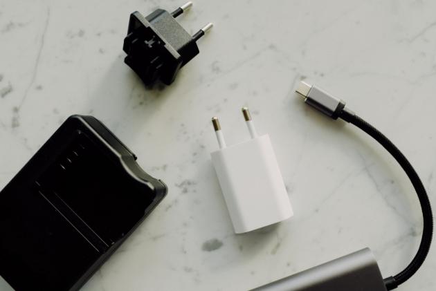 Nenechávejte nabíječky v zásuvce jen proto, že je to pohodlnější. I po odpojení mobilu totiž spotřebovávají elektrickou energii, kterou zcela zbytečně přeměňují na teplo. Během dne tak vyhodíte oknem až 10× více energie, než je potřeba k dobití telefonu. Nemluvě o tom, že tímto počínáním výrazně zkracujete životnost samotné nabíječky.