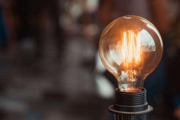 Hlídáte si spotřebu elektrické energie, ale i přes veškerou snahu platíte stále vyšší zálohy? Možná vám elektřina a peníze utíkají tam, kde byste to vůbec nečekali. Odhalte s námi nejčastější žrouty elektřiny a jednou provždy s nimi zatočte.
