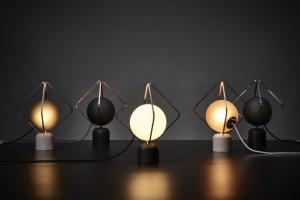 Stolní lampa Jack O'Lantern (Brokis), design Lucie Koldová, mramorová základna, kovový rám a ručně foukané sklo leptané kyselinou v několika odstínech, výška 32,5 cm, průměr 26 cm, cena od 22 965 Kč, WWW.LINO.CZ