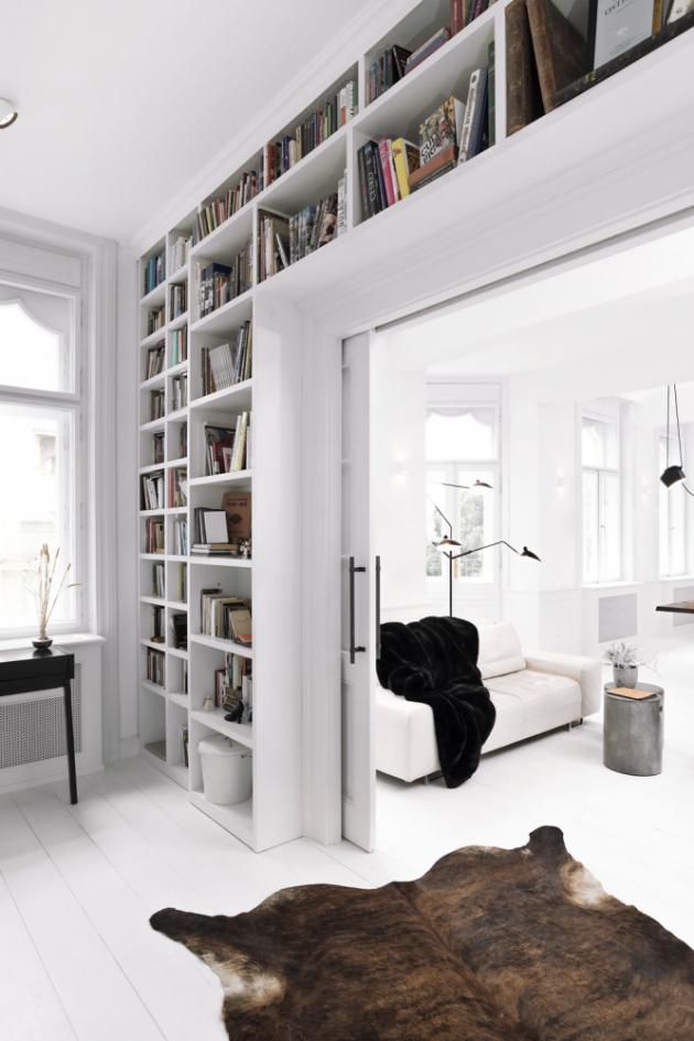 Z pracovny je přístupná šatna a zázemí bytu a stejně tak i hlavní ložnice. Celá stěna pracovny je osazena velkou knihovnou. Atypický prostor šatny se podařilo maximálně vyplnit vestavnými skříněmi. Otevřené a nasvětlené části nábytku jsou zhotoveny z materiálu připomínajícího tkaninu. Dětský pokoj s balkónem je orientován do dvora.