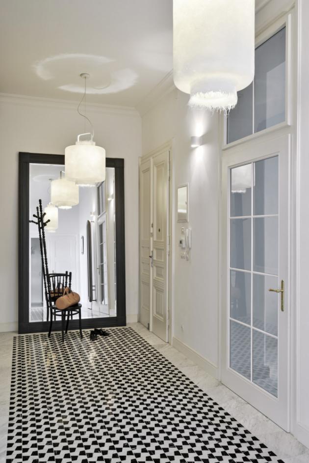 Podlaha z mramorové mozaiky v hale připomíná původní podlahy. O čelní stěnu chodby se jakoby ledabyle opírá velkoformátové zrcadlo. Prakticky i stylově místo dotvářejí solitérní židle a věšák. Atraktivitu i neškrobenost prostředí umocňují ze stropu zavěšená sklolaminátová svítidla s roztřepenými okraji.
