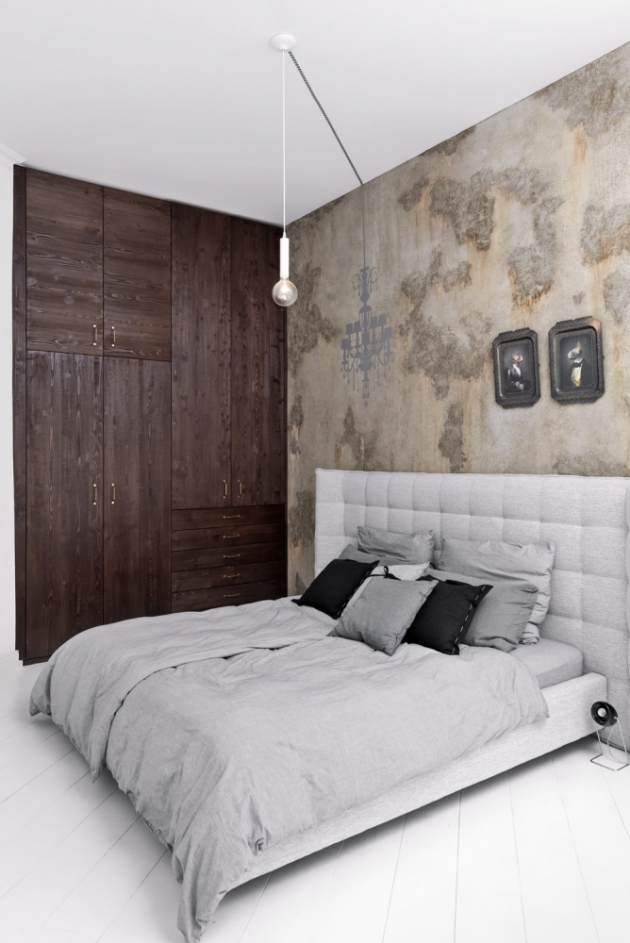 Nová podoba postele vznikla úpravou starého lůžka klientů novým čalouněním a výraznější úpravou čela. Nad vanou jsou umístěné směrovací lampy v retro designu. Druhý kout ložnice vyplňuje vestavná šatní skříň ve stejném designu jako almara v kuchyni. Stěna za lůžkem je opět opatřena výraznou malbou. Nad postelí visí stropní svítidlo tvořené holou žárovkou, které se vtipně propojuje s falešným stínem křišťálového lustru vyobrazeného na stěně. Drobné doplňky – polštáře, přehozy a vázy – pocházejí ze sortimentu LOOOOX.