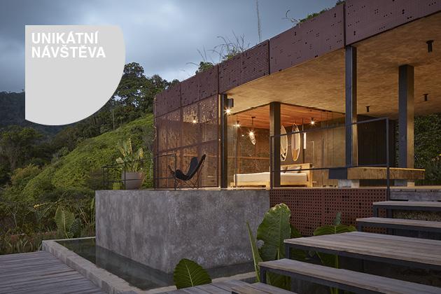 Tropický dům stojí nahý v džungli
