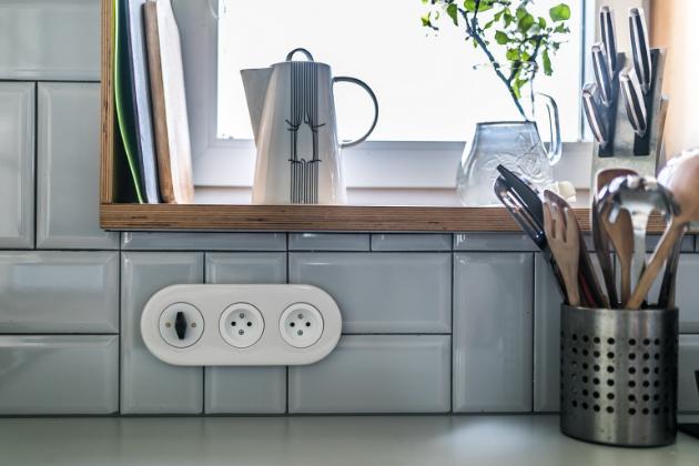 Trojnásobný keramický rámeček RETRO s vypínačem a dvěma zásuvkami (OBZOR)