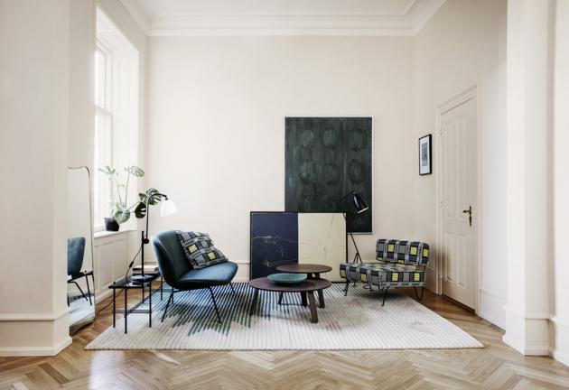 Kávový stolek Paper (Gubi), design GamFratesi, dostupný ve třech různých velikostech, orientační cena od 8 356 Kč, WWW.STOCKIST. CZ, designové křeslo GT Lounge Chair (Gubi), design Greta M. Grossman, návrh z roku 1949, orientační cena od 47 649 Kč, WWW.STOCKIST.CZ