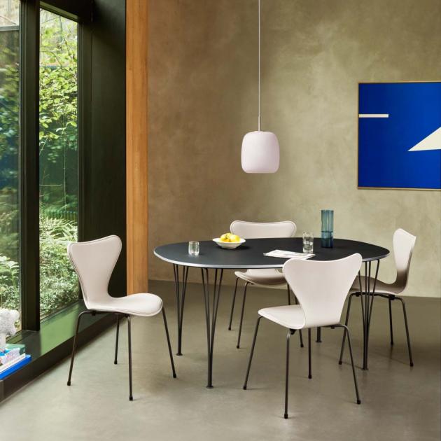 Spojením ladných oblých křivek a matného skla vzniká ryze modernistický výraz závěsného svítidla Maluma (Fritz Hansen).