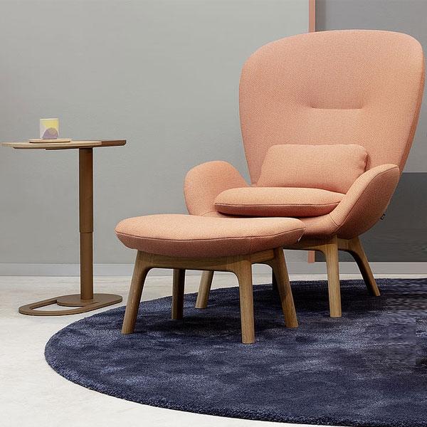 Studio Labsdesign navrhlo rafinovaný odkládací stolek Rolf Benz 8010 (Rolf Benz), který zvládne být vždy po ruce.Dřevěná deska odvážně vystupuje ze zdánlivě nedotknutelného pravidelného oválu, který tvoří konstrukci z lakovaného kovu.Překvapivá je také možnost nastavovat výšku v rozmezí 46 až 64 cm. Cena na dotaz, WWW.STOPKA.CZ