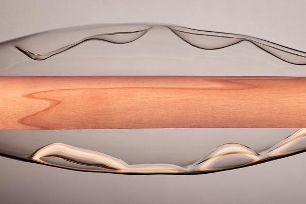 Amorfní linie a ušlechtilé materiály charakterizují závěsné svítidlo Dune (LZF), které okouzlí svým skulpturálním vzhledem.