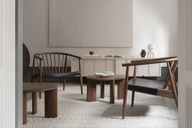 Klasický dánský design 50. let a tradiční řemeslné techniky přetavili Norm Architects v křeslo Reprise (L. Ercolani), které v současných interiérech obstojí po všech stránkách. Ohýbání dřeva parou je zárukou trvalé pevnosti konstrukce a kombinace přírodního jasanu s čalouněním v neutrálních odstínech nás o své nadčasovosti přesvědčuje už desítky let. Rozměry 71 × 67 × 68 cm, výška sedu 40 cm. Cena od 70 372 Kč, WWW.ERCOL.COM