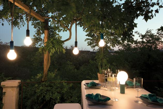 Žárovka jakožto kvintesence osvětlení zároveň symbolizuje nápady, inspirace a právě nové venkovní přenosné svítidlo Aplô (Fermob) je ztělesněním všeho zmíněného...