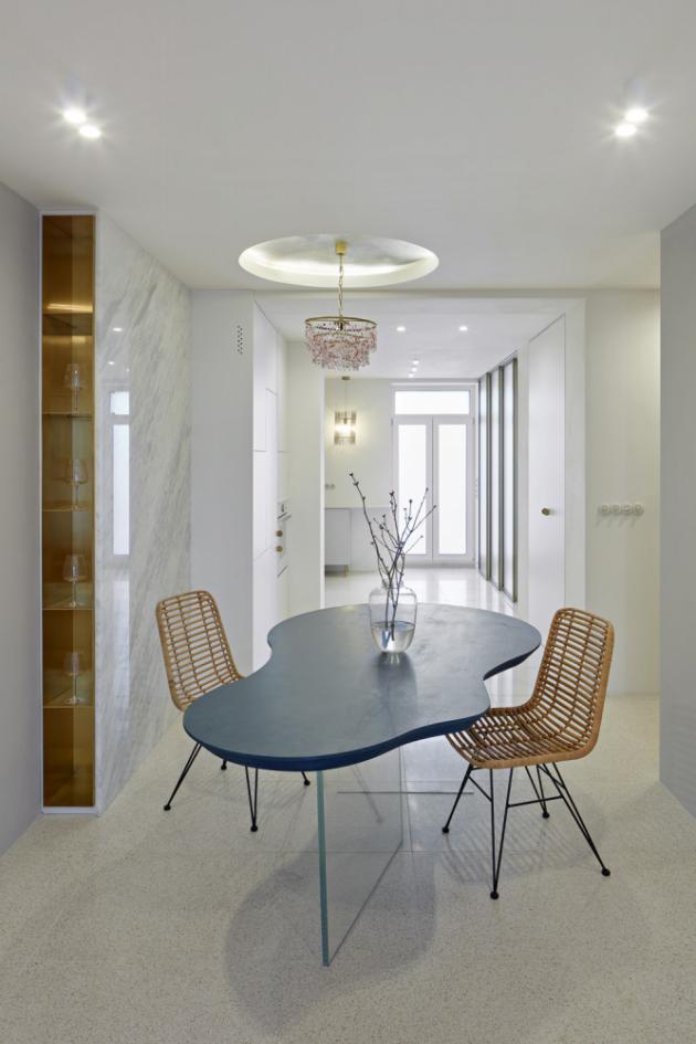 Podlahu v celém bytě pokrývá módní terrazzo, které zároveň také definuje paletu barev použitou v interiéru. Tu doplňuje kontrastní broušená mosaz, která nám nedovolí zapomenout na původ domu a jeho prvorepublikovou noblesu.