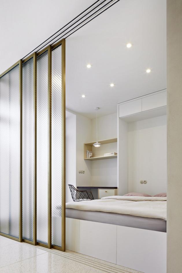 Ačkoliv se může zdát vybavení bytu velmi minimalistické, poskytuje spoustu chytrých řešení a úložných prostor, aby zajistilo potřebný uživatelský komfort. V době přesycené vjemy a podněty všeho druhu dopřeje obyvatelům vítané zklidnění. Kupříkladu od případného ruchu a světla ulice obyvatele chrání okenní stínění od Satin design.