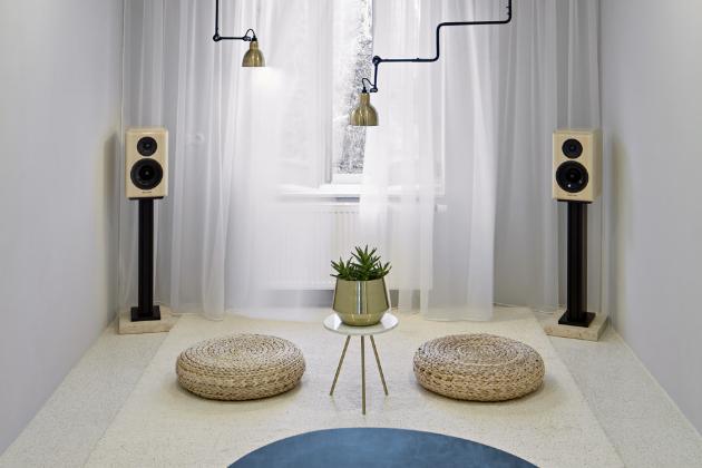 Obývací pokoj působí velmi pokojně, až asketicky. Byl doplněn reprosoustavou českého výrobce Xavian Electronics, která rozšíří jeho užití o další vjem, ale také ladí s materiálovým a barevným řešením bytu.