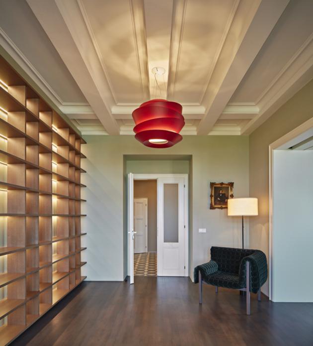 Na kuchyň je použitý mramor v kombinaci s betonovou stěrkou. Obývacímu pokoji dominuje modulární sofa Togo od Ligne Roset s manšestrovým čalouněním v malinové barvě. Nedílnou součástí interiéru je řada designových ikon, mezi které patří také křeslo Ruché (Inga Sempé pro Ligne Roset) nebo závěsné svítidlo Le Soleil (Vincente Garcia Jimenez pro Foscarini).