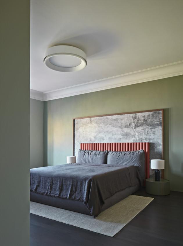 Jednou z věcí, kterou po téměř ročním užívání bytu majitelé oceňují nejvíce, je práce se světly. Důmyslné řešení totiž umožňuje vytvářet širokou škálu scén, a snadno tak proměňovat atmosféru interiéru.