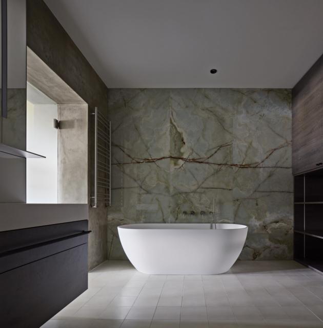 Koupelny musely projít kompletní rekonstrukcí včetně rozvodů a uspořádání. Barevná cementová dlažba je zde kombinována s kamenem a tisky mlhy na zrcadle a skle.