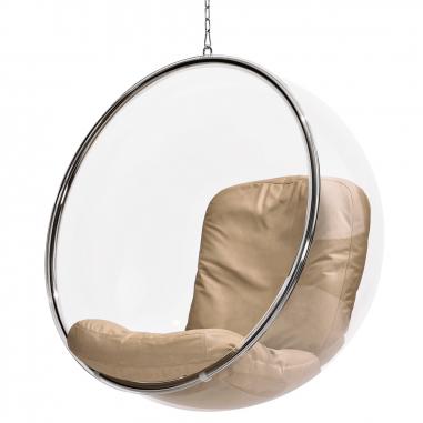 Designové zahradní křeslo ADELTA Bubble Chair. Při tvorbě Bubble Chair (1968) vyšel designér Eero Aarnio ze svého dřívějšího návrhu Ball Chair. Dal si za úkol vnést do svého designu víc světla. Křeslo je z průhledného materiálu, aby lidé sedící v kouli mohli pozorovat okolí. Kulatá forma dokonale izoluje také zvuky. Houpačka je z akrylátu, nerez oceli, polyuretanové pěny a pravé kůže. Vyrábí Adelta, cena 109 862 Kč, WWW.AARNIOORIGINALS.COM