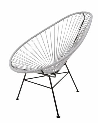 Pružné bužírky Toto jednoduché křesílko Acapulco Chair dostalo své jméno po krásném pobřežním resortu Mexika. Už v 50. letech tam na něm posedávala smetánka. Kvalitní ocelová konstrukce a pevný výplet z UV stabilního PVC zaručují odolnost vůči počasí i vysoký komfort sezení. Přestože se neuvádí jeho autor, stalo se věhlasným designovým a velmi kopírovaným kouskem. Volit můžete z pěti barevných variant výpletu. Vyrábí OK Design, cena 10 450 Kč, WWW.CULTDESIGN.CZ