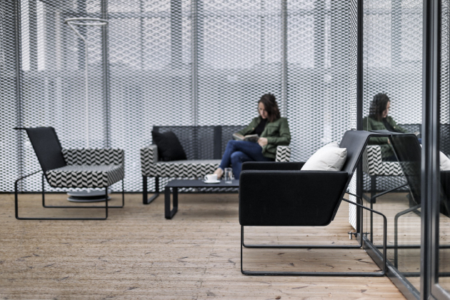 Nábytek z kolekce Moja (Egoé), design Egoé studio, lakovaný pozinkovaný kov, exteriérová pěna DryFeel, síťovaná textilie Batyline, cena sestavy od 65 000 Kč, WWW.EGOE-LIFE. EU