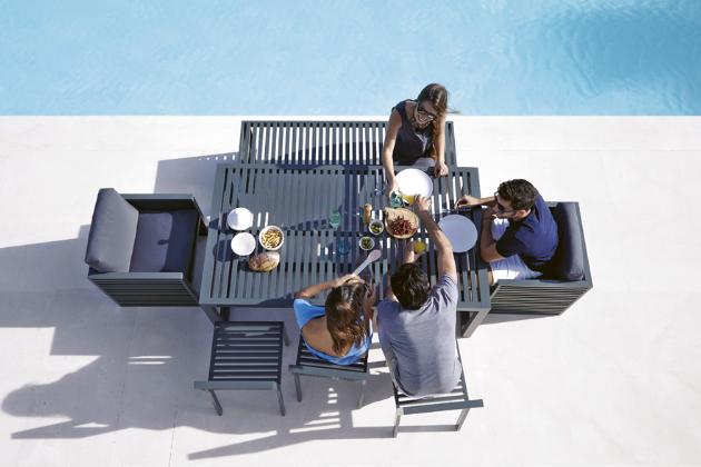 Jídelní stůl a židle z kolekce DNA (Gandía Blasco), design José A. Gandía-Blasco Canales, lakovaný hliník, exteriérová pěna i textilie, sestava (2× křeslo, 2× židle, lavice, stůl), cena od 260 000 Kč, WWW.EGOE-LIFE. EU