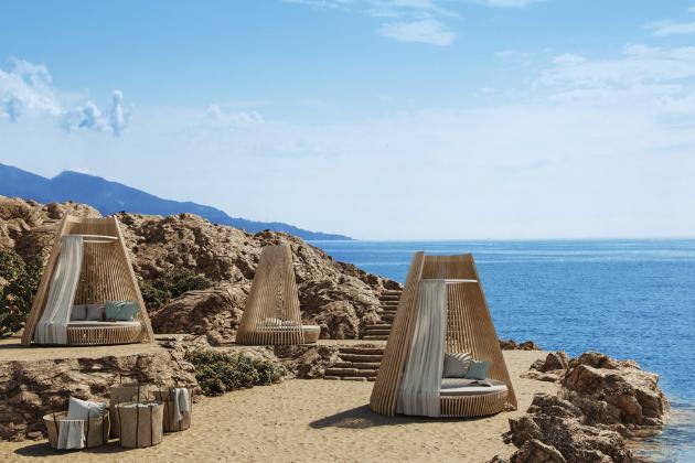 Denní lůžko Hut (Ethimo), design Marco Lavit, speciálně upravené odolné dřevo Accoya nebo sibiřský modřín a hliník, cena od 457 380 Kč, WWW.PUNTODESIGN.CZ