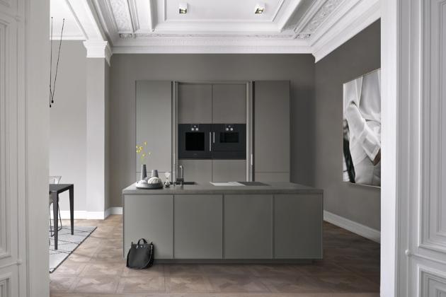 Minimalistická kuchyňská sestava SLX Pure (SieMatic), bezúchytový systém otvírání, cena závisí na konkrétní konfiguraci, WWW.STOPKA.CZ