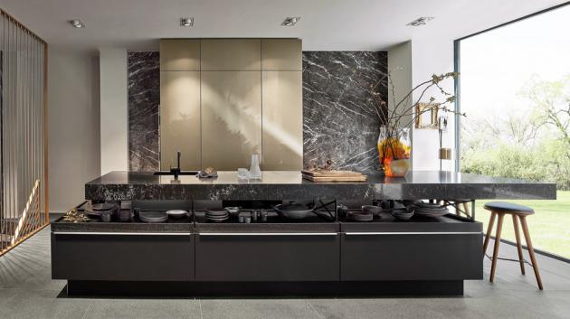 Kuchyň +MODO (Poggenpohl), vysoká skříň v provedení Aluminium Champagne, ostrůvek z dýhy v dekoru tmavě mořeného dubu s žulovou pracovní deskou, cena závisí na konkrétní konfiguraci, WWW.POGGENPOHL.CZ