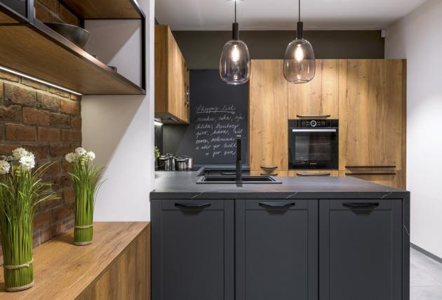Kuchyňská sestava (Sykora), dvířka v dekoru Dub Cognac a Antracit, pracovní deska v mramorovém dekoru Pietra Dark, cena závisí na konkrétní konfiguraci, WWW.SYKORA.CZ