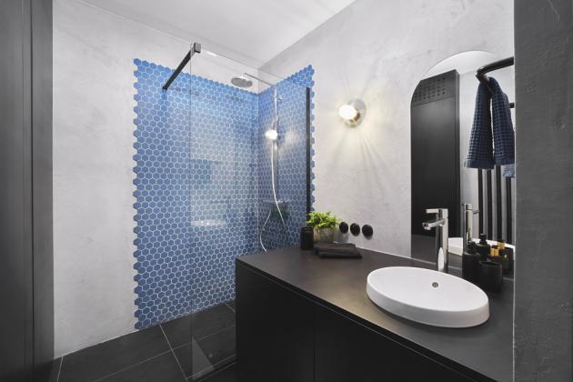 Koupelna je opatřena dlažbou a osvěžujícím prvkem z modrých obkládaček ve sprchovém koutu (obojí Archtiles). Spolehlivý přívod vody zajišťují baterie Grohe a světla zase svítidla Zangra.