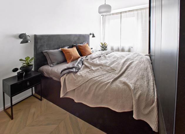 Vstup do ložnice vede dvěma samostatnými dveřmi skrze nábytkovou stěnu ke každé straně postele.