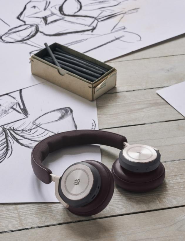 Pohodlná bezdrátová sluchátka Beoplay HX s nejnovější generací adaptivního aktivního potlačení hluku nabízejí autentický zvukový zážitek, pohodlnou a lehkou konstrukci, vysokou kvalitu hovoru a až 35 hodin přehrávání.