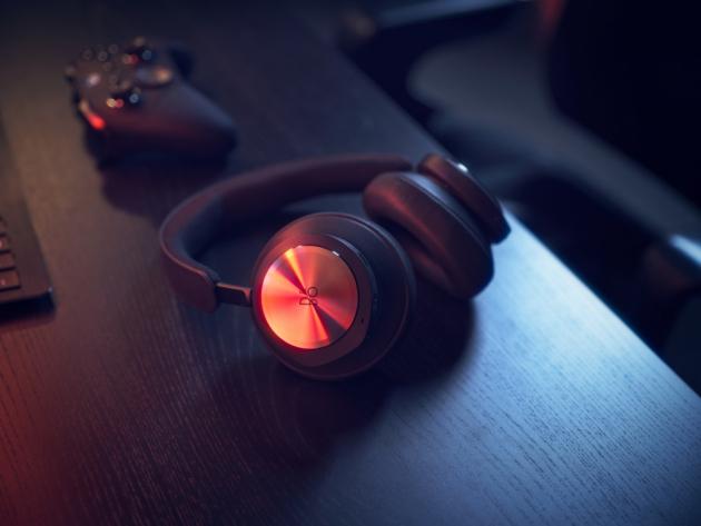 Beoplay Portal jsou bezdrátová sluchátka stvořená pro dokonalý zážitek z hraní her a zároveň navržená pro běžný život – poslech hudby i komunikaci skrze počítač či telefon. Skupina mikrofonů zesiluje při komunikaci váš hlas a zároveň filtruje šum v pozadí, což umožňuje úplnou svobodu pohybu a vysoce kvalitní audio vstup.