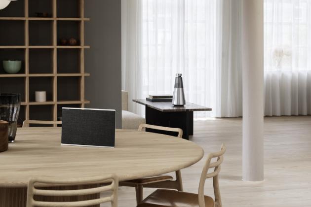 Beosound Level je nový přenosný, luxusní bezdrátový reproduktor s impozantním zvukem a bezkonkurenčním řemeslným zpracováním.