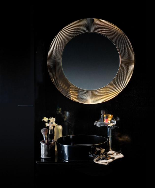 Zrcadlo z luxusní kolekce Kartell by Laufen (Laufen), rám v několika provedeních, zde imitace zlata, cena 22 505 Kč, WWW.LAUFEN.CZ