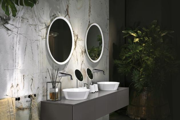 Nástěnná zrcadla s rámem a kosmetická zrcátka z kolekce Como (Gessi), možnost výběru z 12ti povrchových úprav, ceny: zrcátko 21 236 Kč, velké zrcadlo 29 222 Kč, WWW.DESIGNBATH.CZ