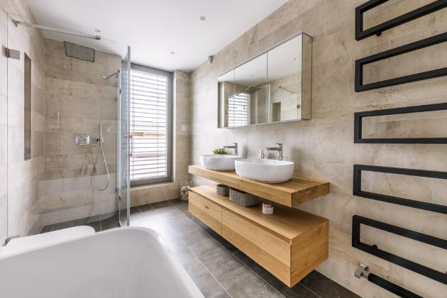 U obkladů a dlažby záměrně vybrali kombinaci dvou velikostí, jejichž skladba dodá prostoru koupelny odlišnou, atraktivnější dynamiku.