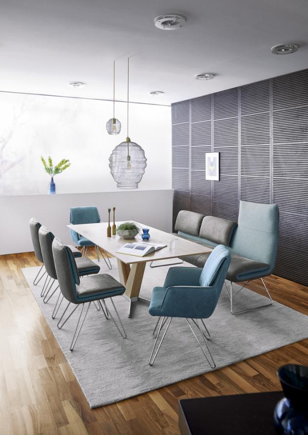 Jídelní lavice Cocoon a židle 1217 (KOINOR), pro stolování zůstává opěradlo lavice sklopené, a poskytuje tak optimální délku sedáku. K dosažení ještě většího komfortu je však opěradlo možné jednoduše překlopit nahoru, pohodlně se opřít a relaxovat