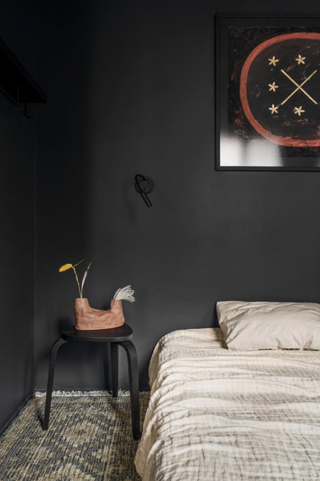 Černá nezpochybnitelně kraluje celému interiéru. Výjimkou není ložnice ani koupelna, kterou mimo doplňků korunují i černá sanitární zařízení.