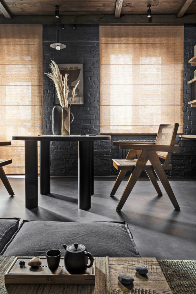 Nábytek jednoduchých geometrických tvarů si dobře rozumí s všudypřítomným prostým dekorem. Designová autorská keramika v kombinaci s přírodními dekoracemi dodává interiéru rustikální nádech.